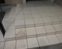 玄関タイル面:専用薬剤手洗い!邸のBefore(施工前)の様子