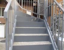 階段鉄部(手摺り・蹴込・ササラ部)の施工の写真