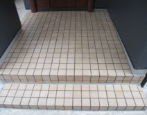 玄関タイル面:薬剤手洗い・ワックス掛けの施工の写真