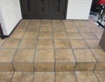 玄関・タイル床面薬剤洗い施工の写真