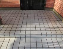 玄関タイル床面:専用薬剤洗い!の写真