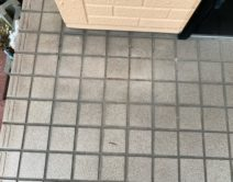 玄関タイル床面:専用薬剤洗い!邸のBefore(施工前)の様子