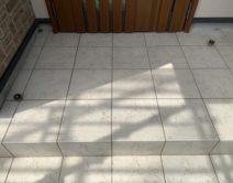 クスミ汚れ取り:玄関タイル床面・薬剤洗い!邸のBefore(施工前)の様子