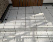 クスミ汚れ取り:玄関タイル床面・薬剤洗い!の写真