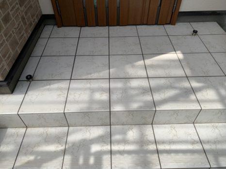 クスミ汚れ取り:玄関タイル床面・薬剤洗い!邸のAfter(施工後)の様子