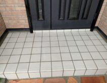 玄関タイル床面:薬剤洗い!の写真