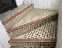 玄関入り口・階段タイル床面:薬剤洗い!邸のBefore(施工前)の様子
