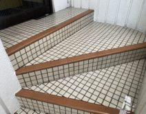 玄関入り口・階段タイル床面:薬剤洗い!の写真