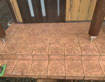 玄関タイル床面:薬剤洗い邸のBefore(施工前)の様子