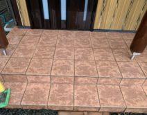玄関タイル床面:薬剤洗いの写真